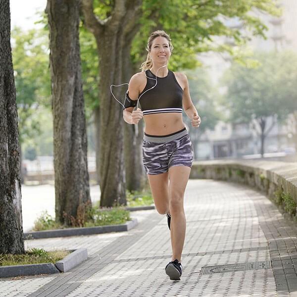 donna di 40 anni corre per la città