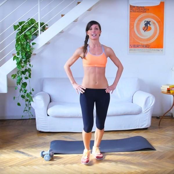 ragazza esegue esercizi di tonificazione muscolare