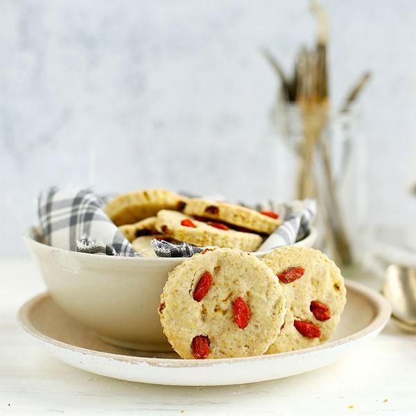 un vassoio di biscotti con bacche di goji