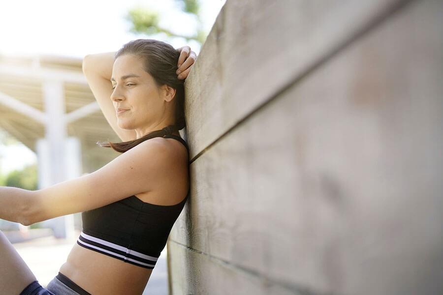 donna di 40 anni recupera le forze dopo una sessione di corsa