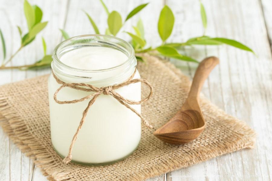 Un vasetto di yogurt, alimento ricco di fermenti lattici