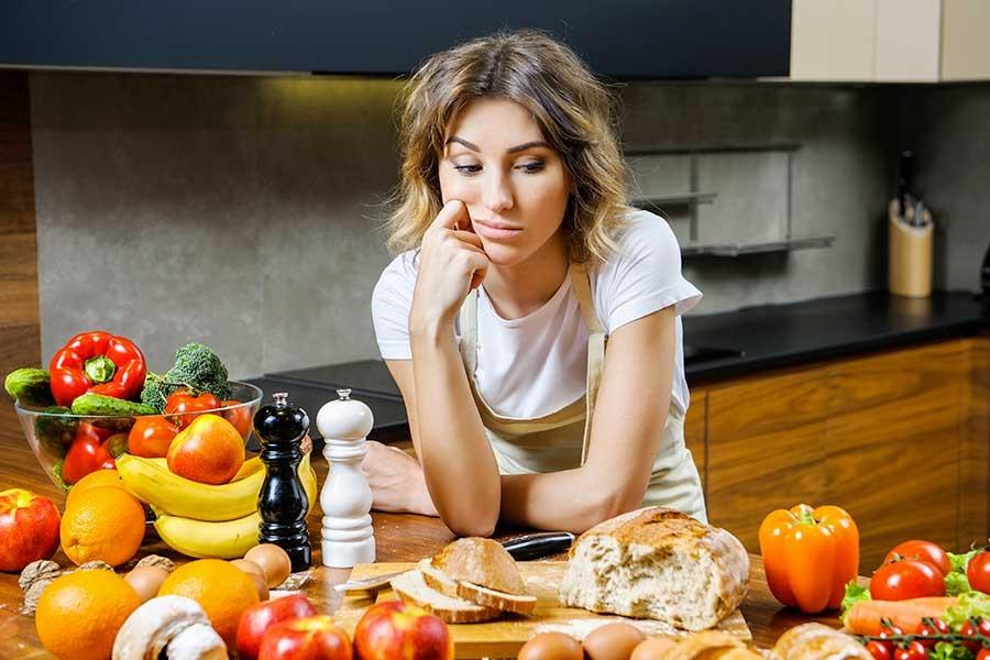 donna con la tavola colma di cibo
