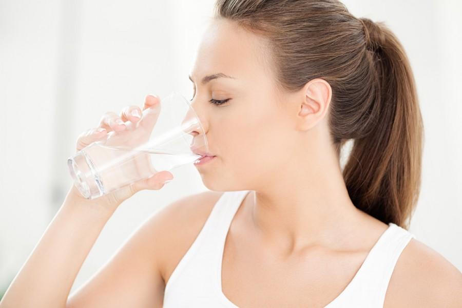 bere acqua per favorire la diuresi