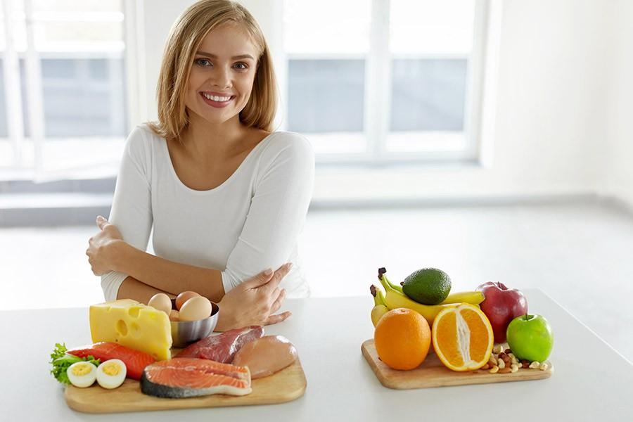 giovane donna sceglie la dieta iperproteica