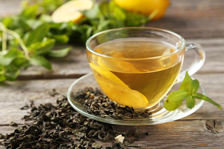Tazza di tè verde fumante