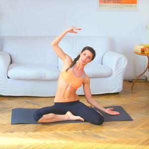 personal trainer svolge esercizi di pilates