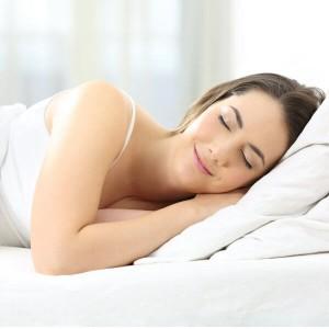 Ragazza dorme beata dopo una notte insonne