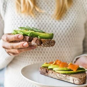 Donna con 2 panini integrali segue la dieta dei carboidrati
