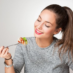 Giovane ragazza prova la dieta della pasta