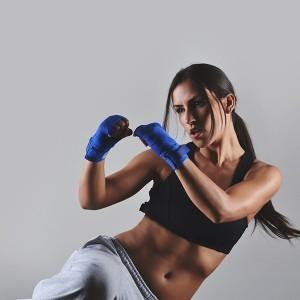 Ragazza pratica piloxing come allenamento