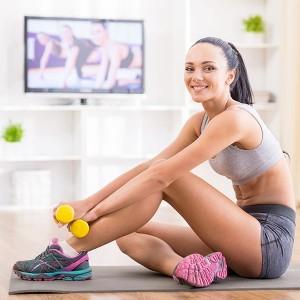 Ragazza sorridente svolge esercizi di home fitness