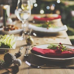 tavola natalizia imbandita