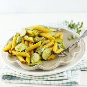 un piatto di pasta con zucchine e curcuma