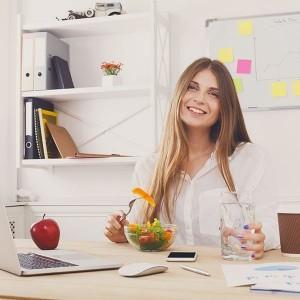 donna pranza in ufficio